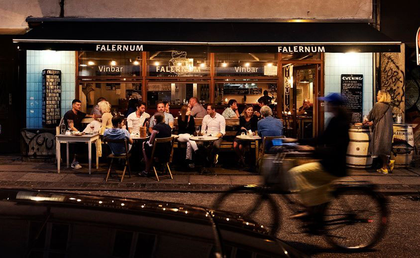 Falernum es un restaurante y popular lugar de reunión del barrio de Frederiksberg donde tomar una copa de vino (o tres).