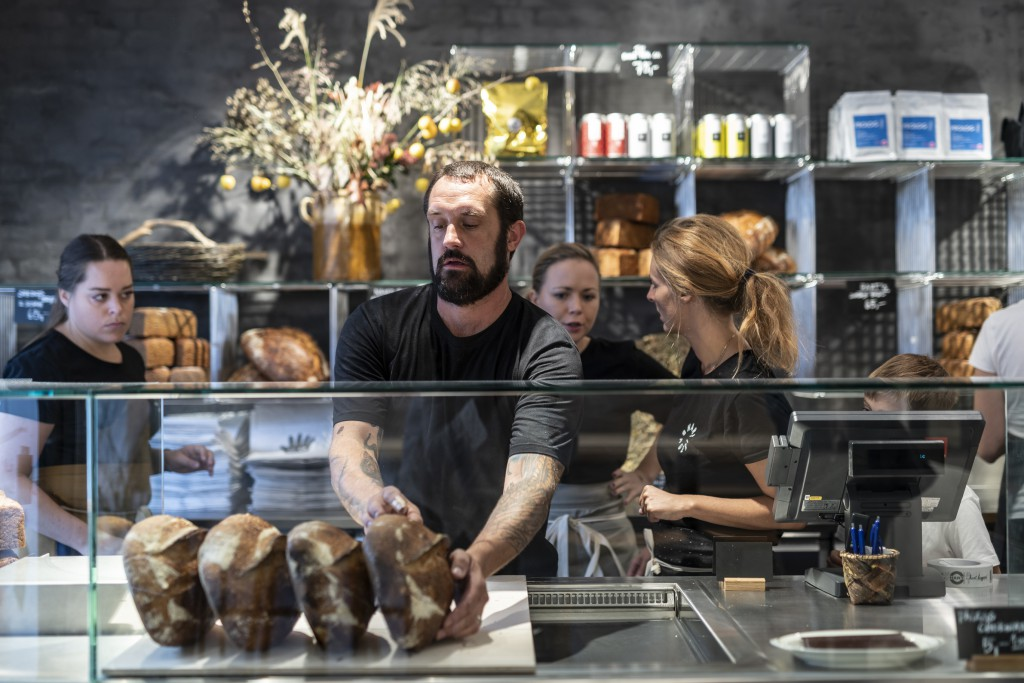 El cocinero y panadero Richard Hart en su panadería de Dinamarca.
