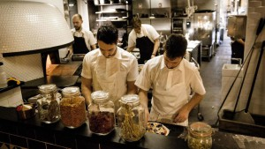 El restaurante italiano Baest elabora su propia mozzarella y embutidos.