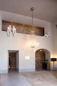 La magnífica lámpara de cristal de La Granja pone el contrapunto a la decoración casi minimalista.