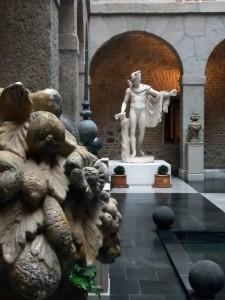 """El patio de la arqueta. Hoy en día con sus jardineras, bancos, figuras decorativas y la escultura del """"Apolo"""", nada tiene que ver con su cometido original."""