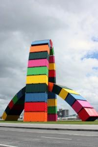 """El """"Catène de containers"""", 36 contenedores que forman dos arcos."""
