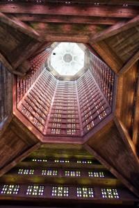 """Interior de la torre conocida como """"La linterna"""", hecha de hormigón."""