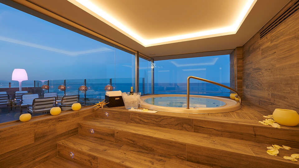 Jacuzzi en la habitación. Hotel Meridional en Guardamar del Segura, Alicante.