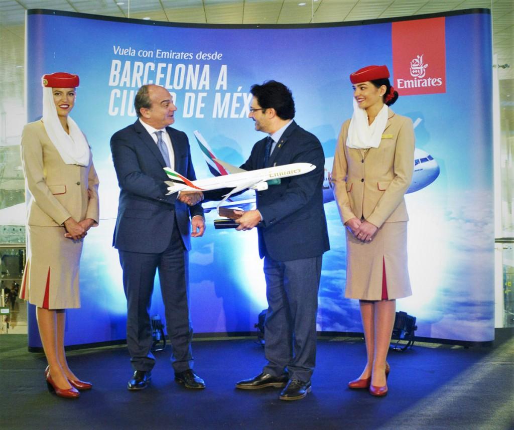 Acto de inauguración del vuelo entre Barcelona y Ciudad de México. El vicepresidente senior de operaciones comerciales de Emirates en Europa y un miembro de las autoridades locales.