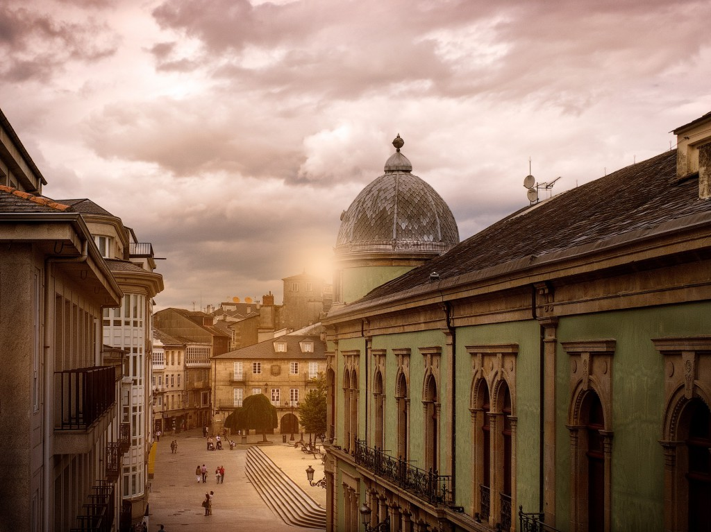 Tras el edificio del Círculo das Artes, en donde se encuentran restos de un templo romano, está la céntrica Plaza Maior de Lugo. Foto: Holidu
