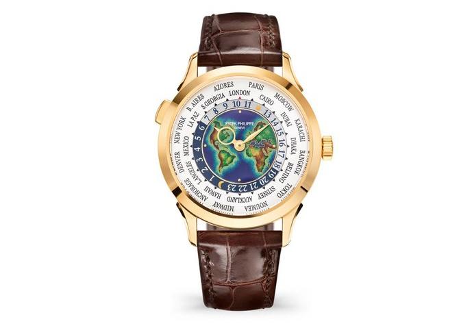 En este reloj, lo primero que atrapa la mirada es el planisferio de esmalte de colores seguido de los 28 destinos del mundo escritos.