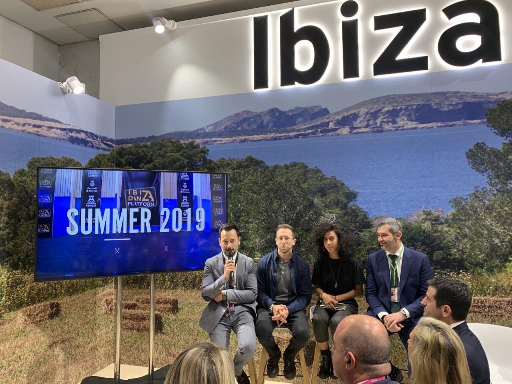 Presentación en FITUR: (de izq. a dcha.) Rafa Ruiz, alcalde de Ibiza; Adrián Gas y Lucía Marín, de Ibiza Danza Platform; y  Juan Miguel Costa, director insular de Turismo.