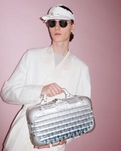 Colección Dior de RIMOWA. Sobre la superficie del metal, pigmentos de tonos vivos se revelan con un sutil juego de luces.