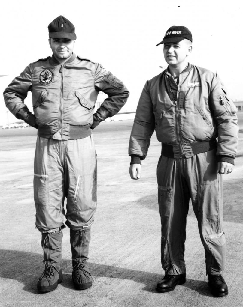 Dos pilotos de la USAF del 55º escuadrón de reconocimiento meteorológico con trajes de vuelo completos que incluye las nuevas chaquetas hechas de nylon.