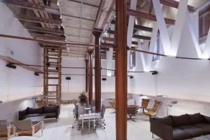 El antiguo almacén de la fábrica de cervezas es hoy un salón de diseño contemporáneo.
