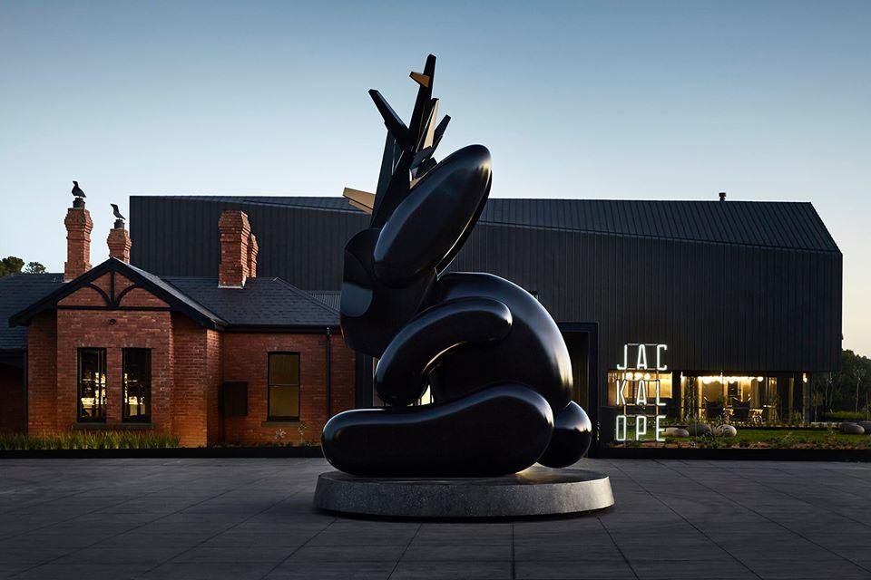 Preside la entrada al hotel la escultura de la artista australiana Emily Floyd.