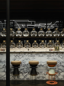 Los taburetes del bar tienen la forma de corchos de champán.