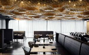 La iluminación cinética de 10.000 globos en el restaurante del hotel enológico.
