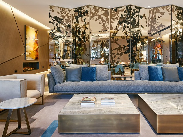 Las vidrieras del lobby son del artista holandés Jan Hendrix.