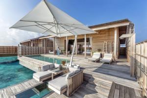 Piscina privada de las villas sobre el agua de Kudadoo Maldives.