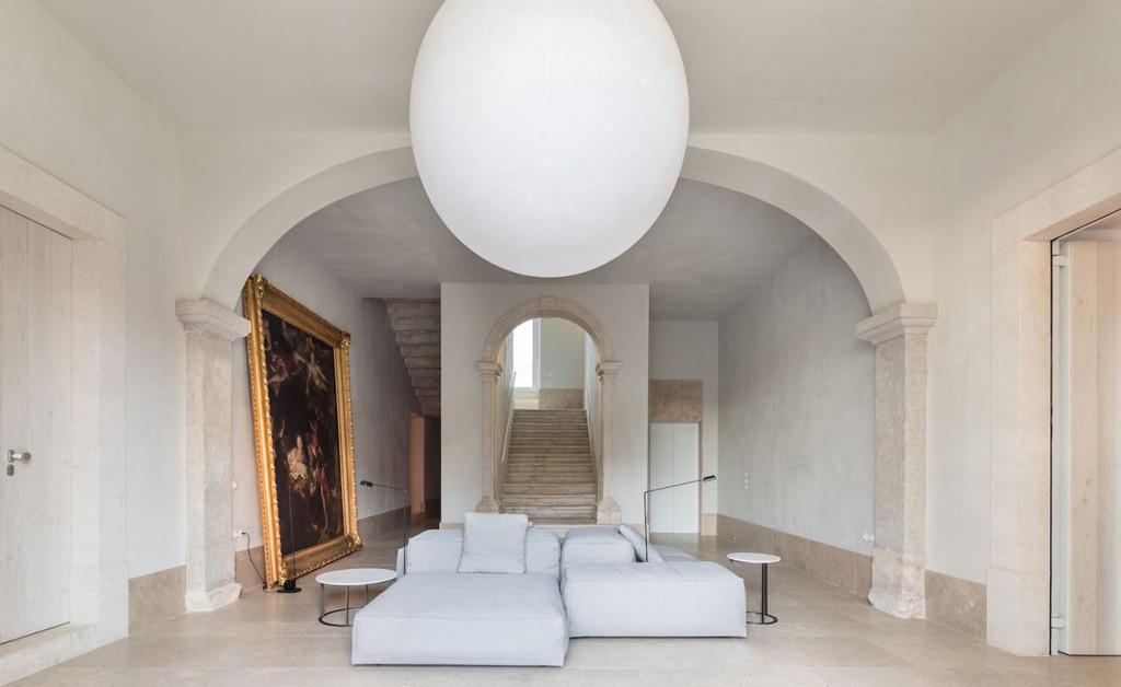 Una enorme pintura antigua y la todavía más grande lámpara globo presiden la subida a las habitaciones. Foto: © Francisco Nogueira