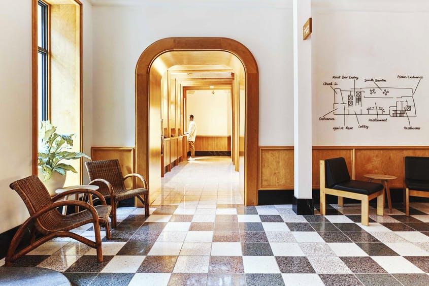 El vestíbulo recuerda a un colegio antiguo.