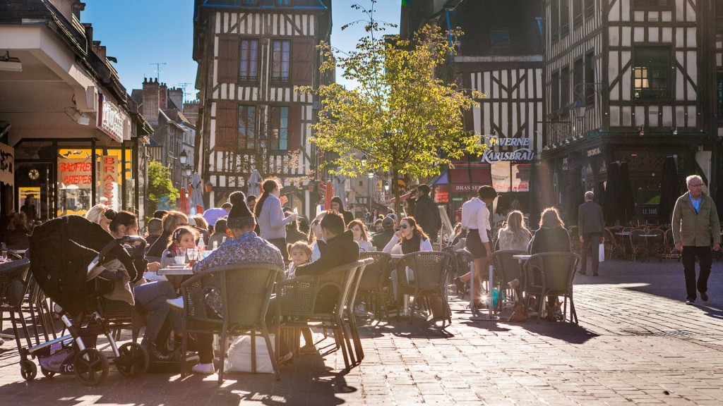 La animada Place Alexandre Israël, situada al final de la conicida Rue Champeaux. Foto Olivier Gobert