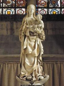 Virgen con racimo de pasas, obra de de la Escuela de Troyes del siglo XVI, en la basílica de Saint-Urbain.