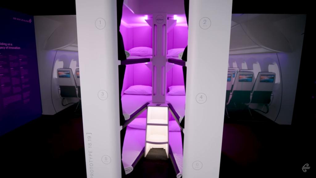 Cápsulas con literas para dormir de manera horizontal a bordo.
