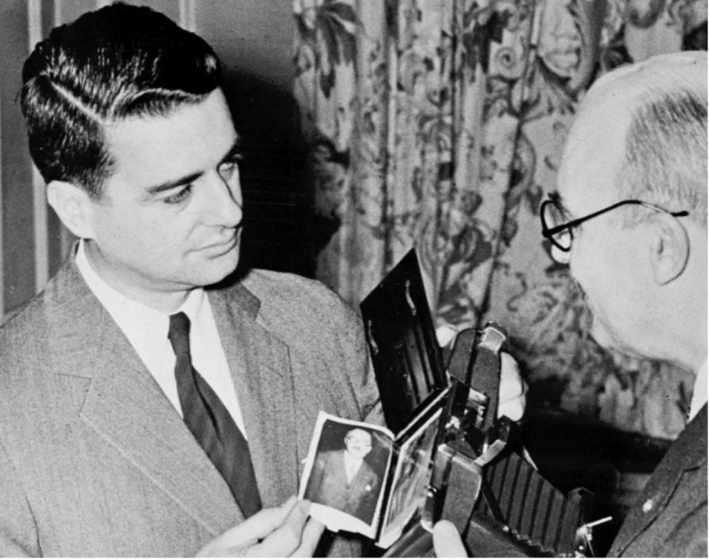 El estadounidense Edwin Land, fundador de Polaroid, presentó la primera fotografía instantánea del mundo en 1947, con una cámara que revelaba y positivaba la imagen en 60 segundos.